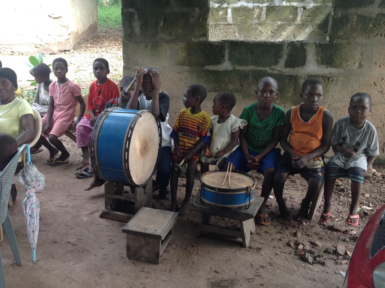 Schulkinder mit Trommeln