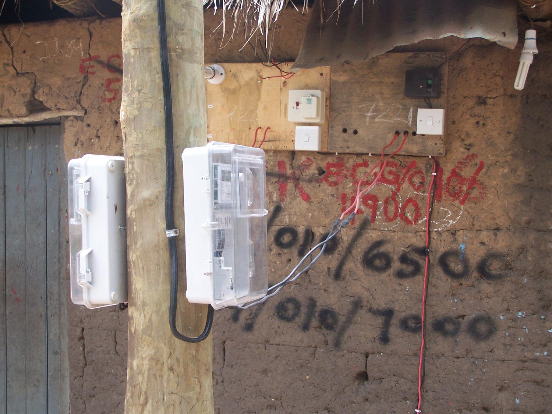 Stromzähler an einen Holzpfosten genagelt